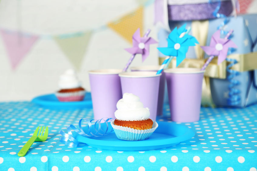 Essen und Dekoration auf dem Tisch