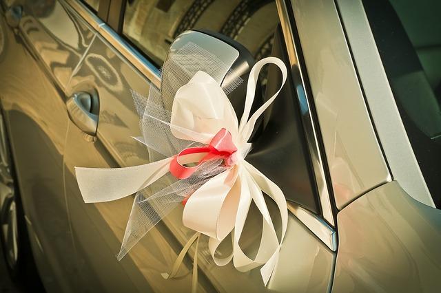 Dekoration auf Hochzeitsauto