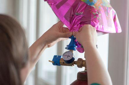 Plnenie fóliových balónov héliom